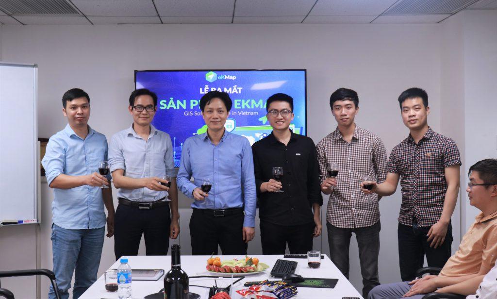 """Với định hướng và tầm nhìn chiến lược 10 năm tới, Ông Dương chia sẻ """"eKMap sẽ là một sản phẩm đi đầu trong lĩnh vực tại Việt Nam, tiếp đó là vươn ra thị trường Đông Nam Á nói riêng và thế giới nói chung"""". Do đó, sản phẩm eKMap được hỗ trợ đa ngôn ngữ, hướng đến thị trường quốc tế như một giải pháp thay thế cho ArcGIS, GEOServer,... cùng với các dịch vụ bản đồ, dịch vụ dữ liệu theo các chuẩn mở như OGC, Mapbox, Vector Tiles, Esri's Open APIs và XYZ Tiles. Sau những lời chia sẻ về quá trình xây dựng và phát triển sản phẩm cũng như về tính năng vượt trội của eKMap hiện nay, cuối buổi lễ, toàn thể đội ngũ phát triển sản phẩm eKMap cùng nhân sự các phòng ban Kinh doanh và Marketing cũng như BLĐ Công ty đều quyết tâm xây dựng mục tiêu đến năm 2030, eKMap sẽ là phần mềm dẫn đầu tại Việt Nam trong lĩnh vực bản đồ và dịch vụ bản đồ."""