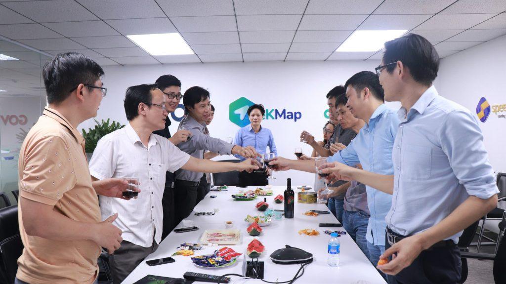 BLĐ Công ty eKGIS cùng nhân sự phòng Phát triển sản phẩm, Kinh doanh và Marketing trong buổi lễ ra mắt eKMap