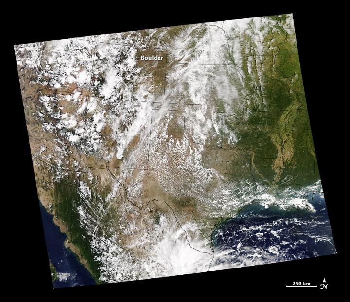 MODIS cung cấp chế độ xem rộng hơn của Jeff Schmaltz LANCE / EOSDIS MODIS Nhóm phản hồi nhanh, GSFC