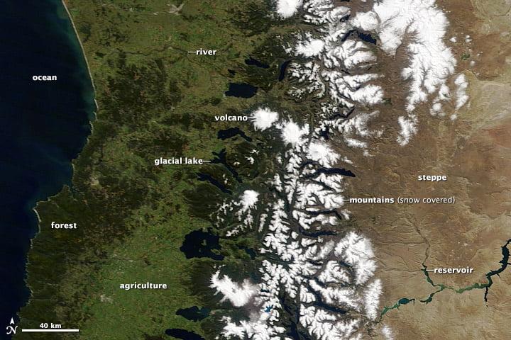 Hình ảnh tại miền trung Chile và Argentina về các đối tượng địa lý bao gồm núi tuyết phủ, hẻm núi và núi lửa (Hình ảnh từ NASA, từ nhóm phản hồi nhanh GSFC)