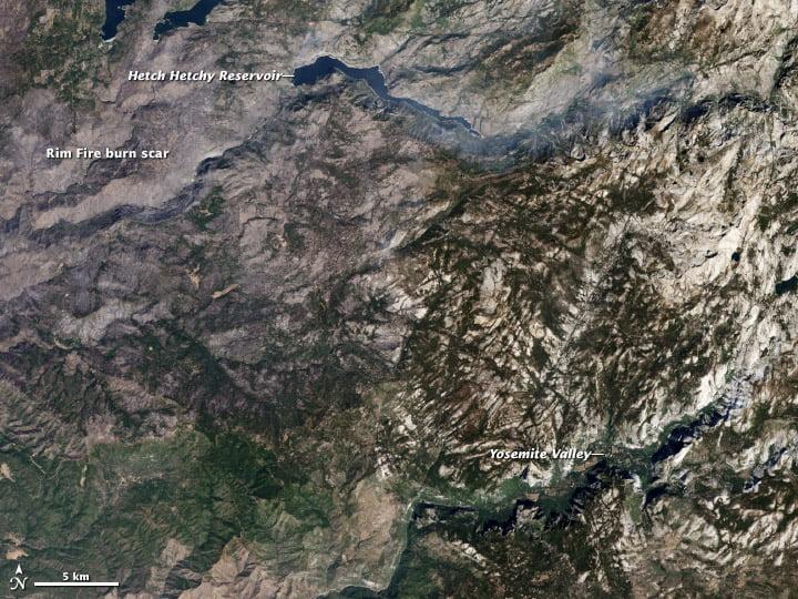 Ảnh chụp vệ tinh vùng đất bị đốt cháy bởi Yosemite's Rim Fire có màu nâu xám so với cảnh quan màu nâu và xanh lá cây không bị cháy xung quanh. Bản đồ này giúp phân biệt giữa vùng đất bị đốt cháy và đất không bị đốt cháy (Hình ảnh từ Đài quan sát Trái đất NASA, sử dụng dữ liệu Landsat 8)